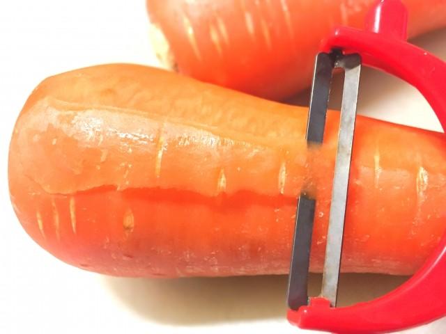 調理道具を使って野菜の皮むきをします!
